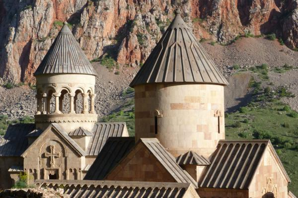 Domes of the churches at Noravank Monastery in the afternoon | Noravank klooster | Armenië