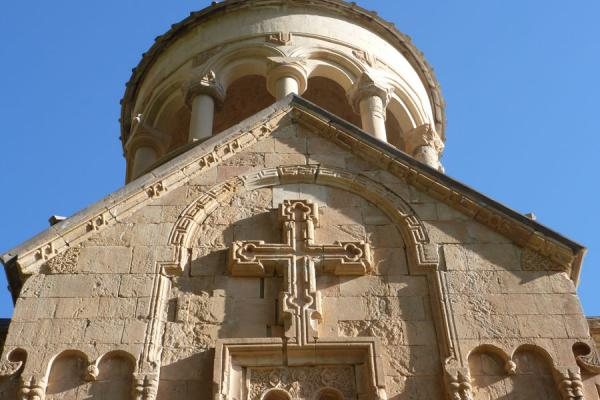 Foto van Cross carved out on the facade of the Mother of God church at NoravankNoravank klooster - Armenië