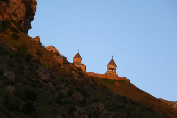 Foto van Sunset setting the Noravank Monastery and mountains on fire - Armenië - Azië