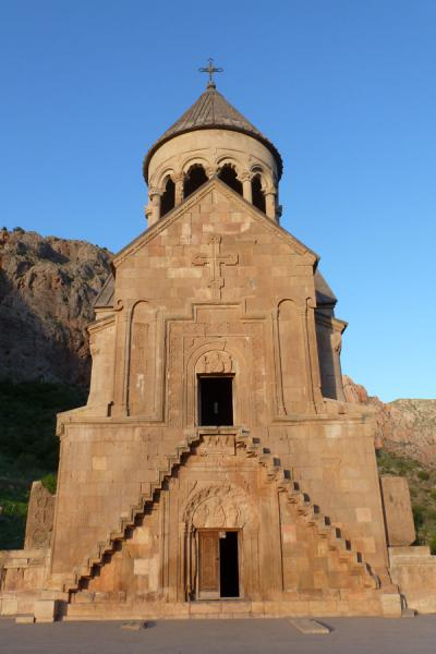 Foto van Frontal view of the Astvatsatsin church on top of the Orbelian mausoleumNoravank klooster - Armenië