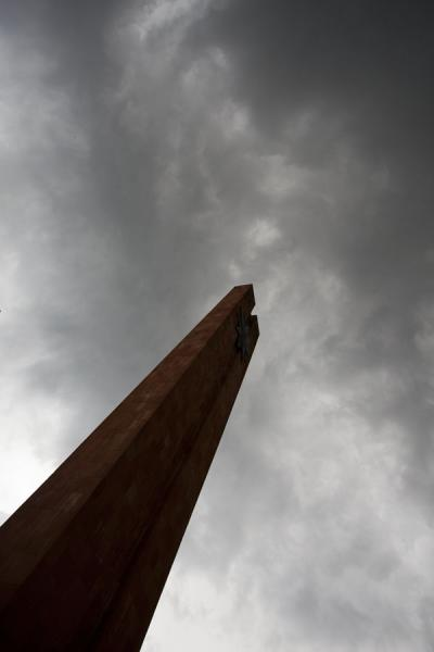 Foto van Obelisk of the memorial complex pointing to the skyStepanakert Memorial Complex - Armenië