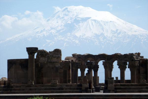 Ruins of Zvartnots Cathedral dwarfed by Mount Ararat | Zvartnots Kathedraal | Armenië