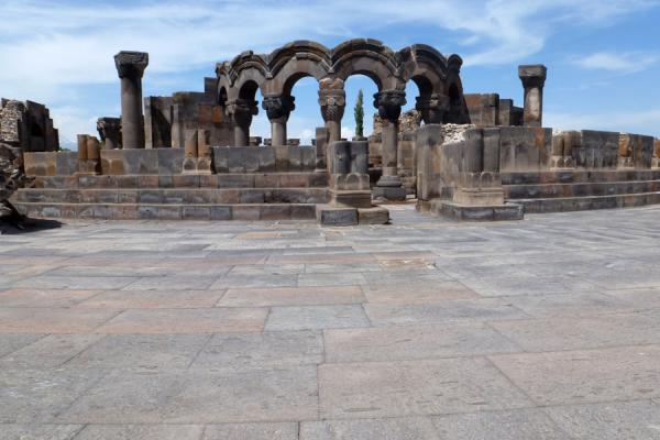Arches supported by columns: the restored part of Zvartnots Cathedral | Cathedral de Zvartnots | Armenia