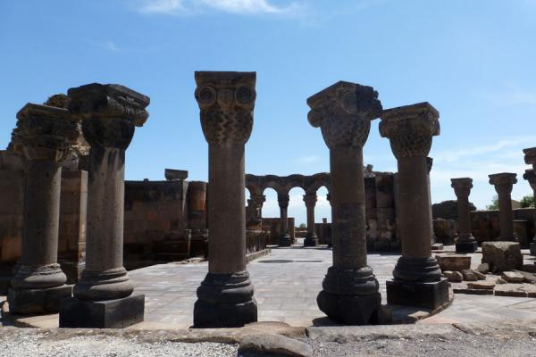 Columns in a circle: ruins of Zvartnots Cathedral | Zvartnots Kathedraal | Armenië