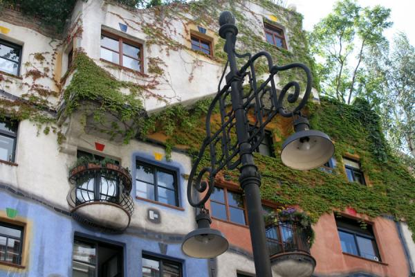 Picture of Hundertwasser Haus (Austria): Hundertwasserhaus: colours and nature are the characteristics