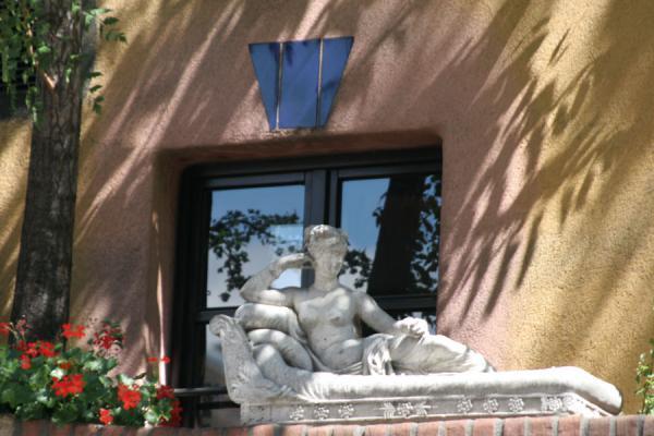 Numerous statues and other pieces of art decorate the Hundertwasserhaus | Hundertwasser Haus | Austria