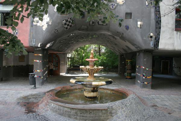 Picture of Hundertwasser Haus (Austria): Hundertwasserhaus: fountain and entrance