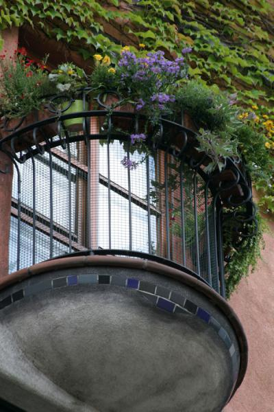 Picture of Hundertwasser Haus (Austria): Hundertwasserhaus: balcony on one side