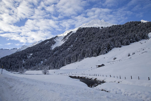 Morning view of the snowy Sellrain valley in Tirol | Escalade sur glace à Tirol | l'Autriche