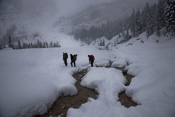 Photo de Crossing a river through a snowy landscape on the way to ice-climbing in the Dolomites - l'Autriche - Europe