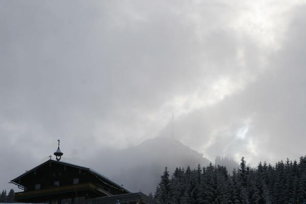 的照片 Clouds obscuring the view of the top of the St. Johann ski area - 奥地利