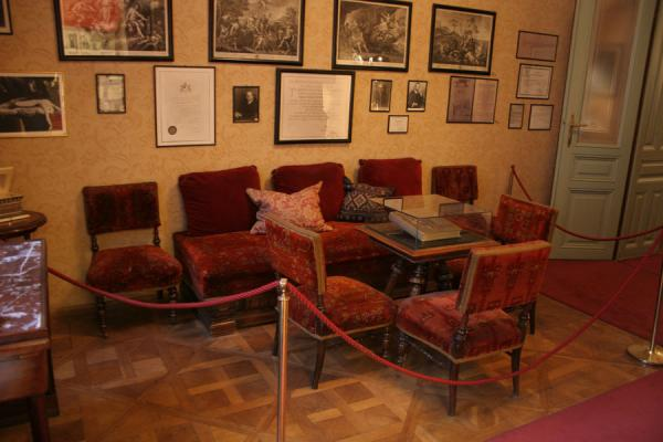 Picture of Sigmund Freud Museum (Austria): Waiting room with chairs in practice of Dr. Sigmund Freud
