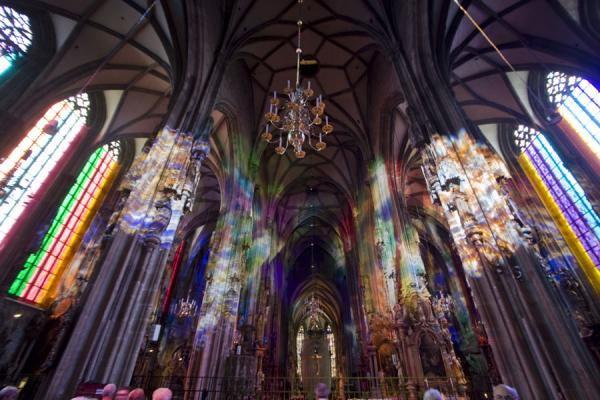 Foto van Interior of the Stephansdom with coloured lightWenen - Oostenrijk