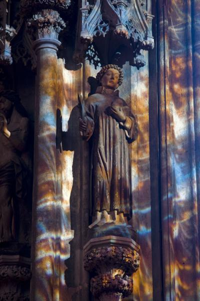 Foto van Coloured light falling on a statue inside the StephansdomWenen - Oostenrijk