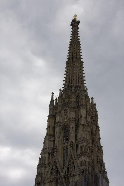 Foto van View of the top of Steffl, the tall bell-fry of the Stephansdom - Oostenrijk - Europa