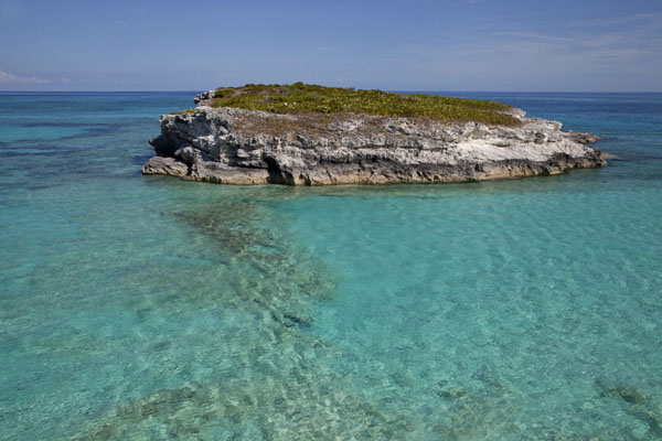 Foto van One of the islets seen from Lighthouse Point with incredibly clear turquoise watersLighthouse Beach - Bahamas