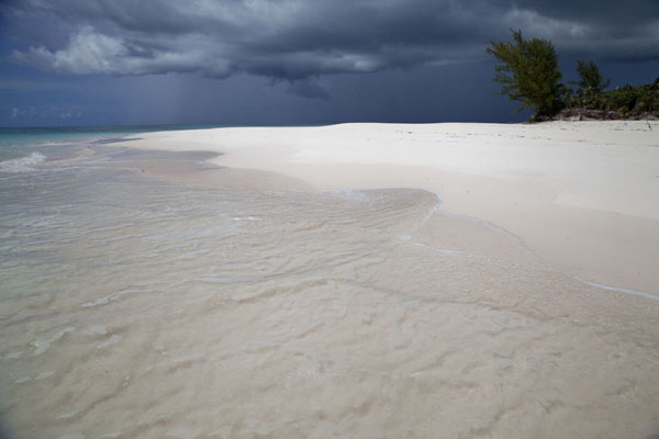 Foto van Bahamas (Beach at Man of War Point with dark sky in the background)