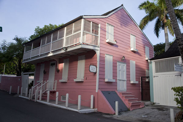 Foto van Traditional wooden house painted pink in NassauNassau - Bahamas