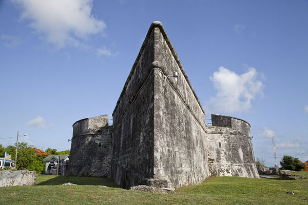 Looking up pointy Fort Fincastle | Vielle ville de Nassau | Bahamas