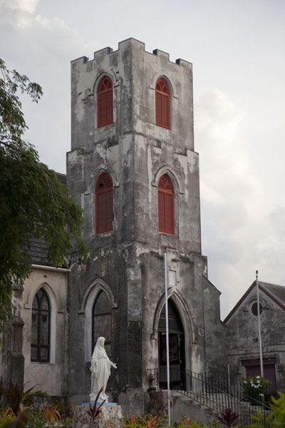 Bell tower and church on the west side of the old part of Nassau | Città vecchia di Nassau | Bahamas