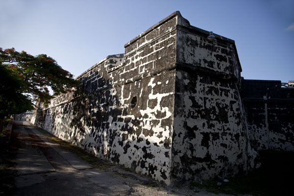 Foto van Wall of Fort Charlotte in the early morningNassau - Bahamas