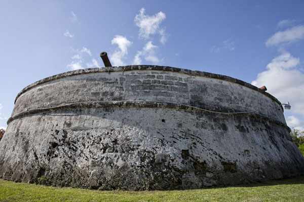Picture of The rounded wall of Fort Fincastle topped by cannons seen from below