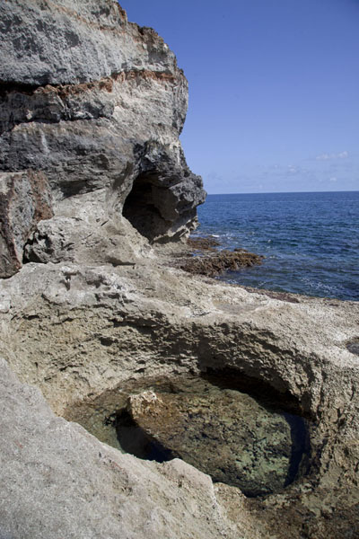 Foto van Pool with water at the foot of the cliffsRainbow Cliffs - Bahamas