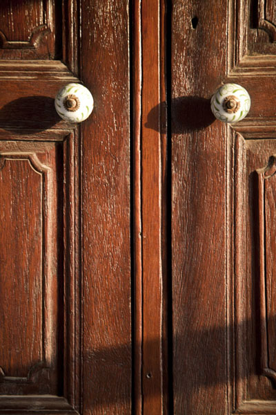 Foto de Close-up of a wooden door in the houseMuharraq - Bahrein