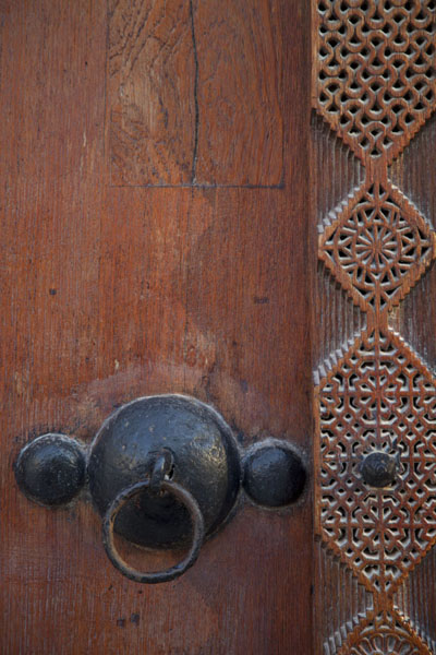 Foto de Close-up of one of the finely decorated wooden doorsMuharraq - Bahrein