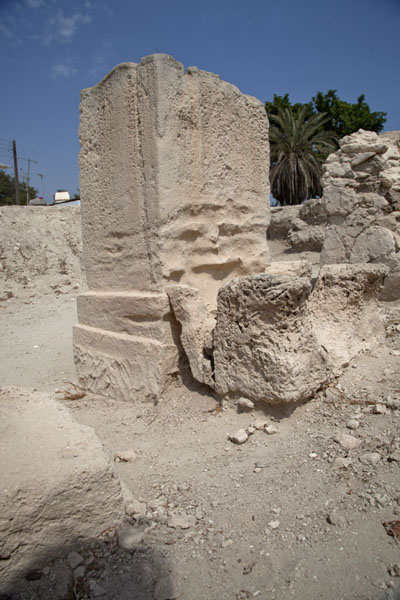 Foto de Rectangular limestone pillar giving an idea of the dimensions of the temple of BarbarBarbar - Bahrein