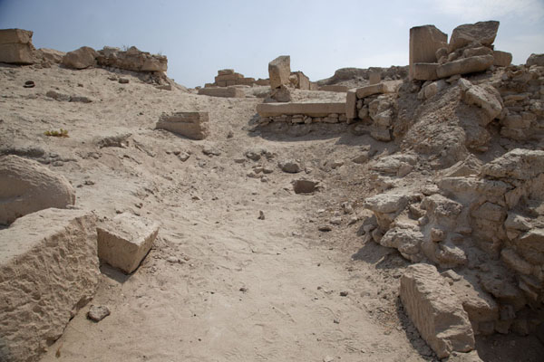 Foto de Looking up the ruins of Barbar templeBarbar - Bahrein