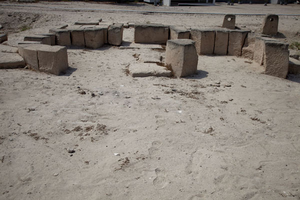 Foto de Blocks in semi-circular shape marking the altar at the top of the Temple III complex, with stone blocks to hold sacrificial animalsBarbar - Bahrein