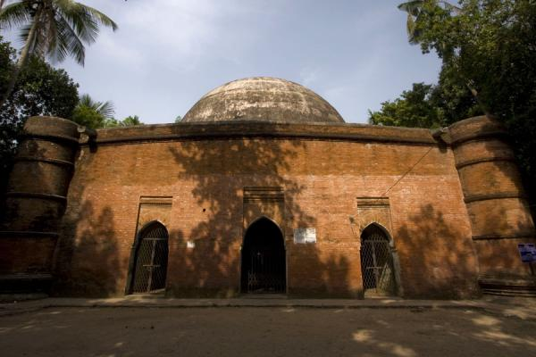 Picture of Bagerhat mosques (Bangladesh): Ronvijoypur mosque basking in the early morning sun
