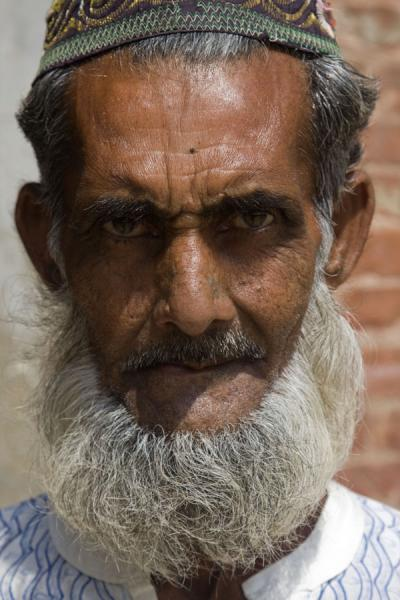 Foto van Old Muslim man at Shalit Gumbad mosque in Bagerhat - Bangladesh