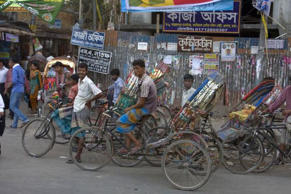 Rickshaw wallahs waiting for a ride in Gulshan, Dhaka | Bangladeshi rickshaws | 孟加拉共和国