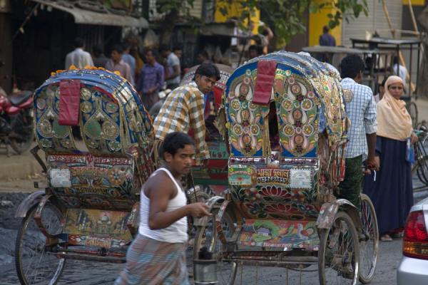 Man crossing a street between rickshaws | Bangladeshi rickshaws | 孟加拉共和国