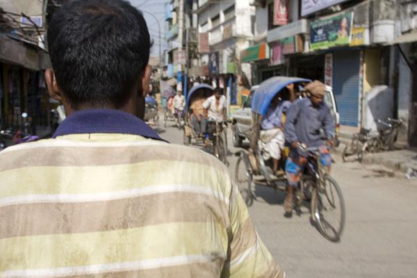 View from behind the shoulders of a wallah, or rickshaw driver | Bangladeshi rickshaws | 孟加拉共和国