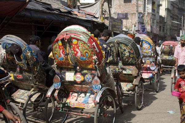 Row of rickshaws making its way through one of the streets of Old Dhaka | Bangladeshi rickshaws | 孟加拉共和国