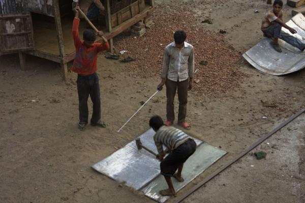 Picture of Dhaka Shipyard (Bangladesh): Hammering on a part of a ship