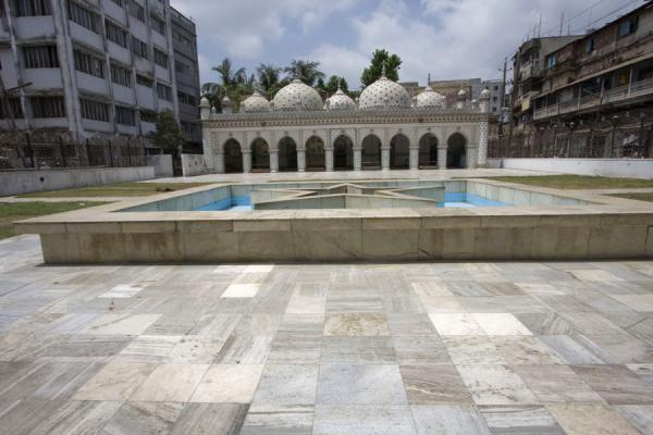 Foto van Star mosque, or Sitara mosque, with star-shaped fountainDhaka - Bangladesh