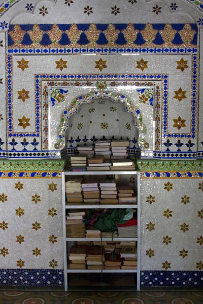 Foto van Niche in Sitara mosque with holy booksDhaka - Bangladesh