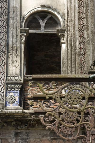 Foto di Window and metal structure in an old mansion of SonargaonSonargaon - Bangladesh