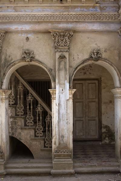Foto van Arches and stairs in one of the old mansions of SonargaonSonargaon - Bangladesh