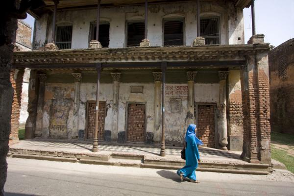 Foto van Woman passing one of the old houses in Panam City, SonargaonSonargaon - Bangladesh