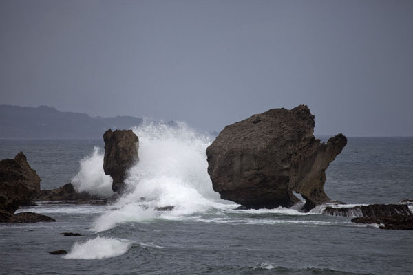 Photo de Barbade (Big wave on big rock formations at the east coast of Barbados)