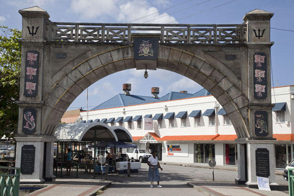 Independence Arch spanning the southern entrance to Chamberlain Bridge - 巴贝多
