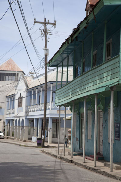 Traditional Caribbean houses with galleries on the main street of Speightstown - 巴贝多 - 北美洲