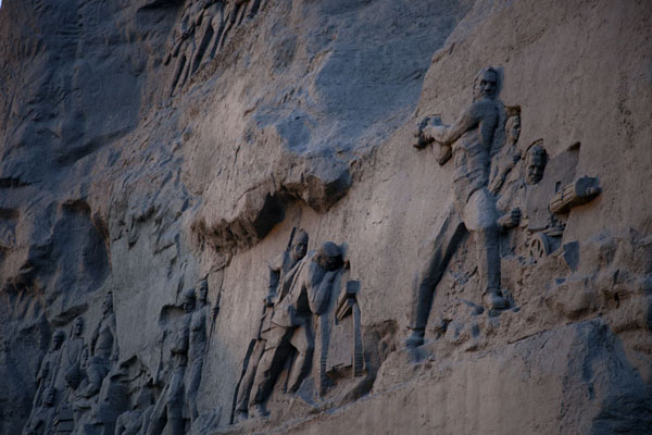的照片 Engravings on the backside of the monumental sculpture Courage - 被拉瑞斯