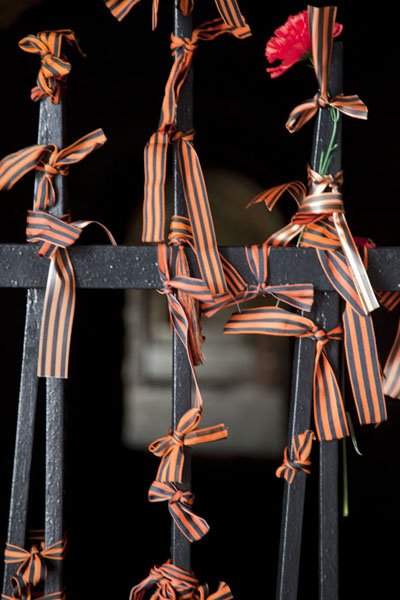 的照片 Ribbons of St George tied to a fence in the ruins of the ramparts of the fortress of Brest - 被拉瑞斯