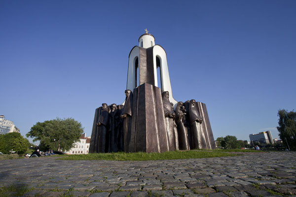 Foto van Wit-Rusland (Looking up the chapel surrounded by statues of wailing women on the Island of Tears)